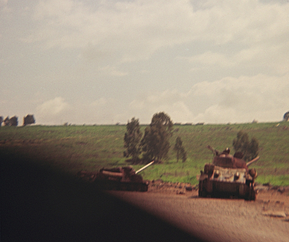 « Israeli counter-attack in Golan, close to Kuneitra, which was completely destroyed in 1974. At that moment when the picture was taken, photographing was forbidden. »